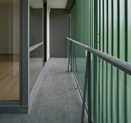 Figura 20. Terraza y lamas exteriores orientables para regular el aporte de luz y calor solares.