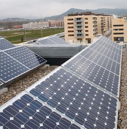 Figura 23. Energía solar fotovoltaica   Figura 22. Instalación de energía solar térmica