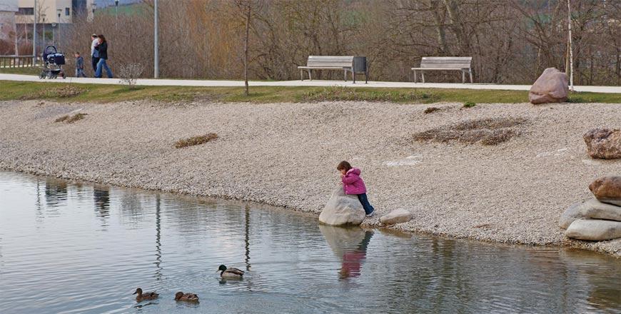 Figura 26. El lago permite regular el caudal del Barranco Grande y abastecer el sistema de riego.